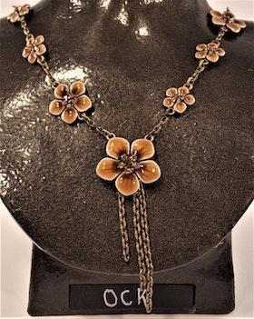 Halsband med bruna detaljer i form av blommor