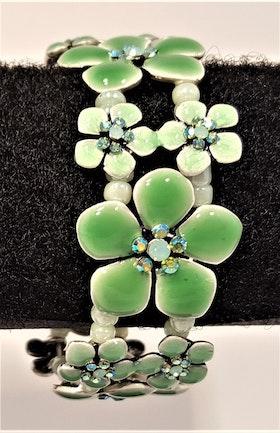 Armband med gröna detaljer i form av blommor