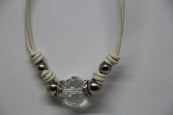 Halsband, vit/beige, med silvriga kulor, kedja 24 cm