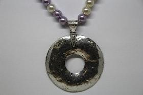 Halsband, lila och vita pärlor, silvrigt hängsmycke, 23 cm