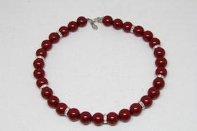 Halsband med röda kulor och silvriga detaljer
