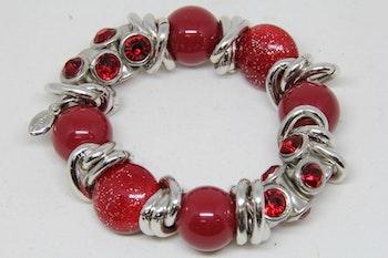 Armband, röda kulor ed silvriga detaljer