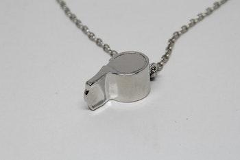Halsband, silverfärgad kedja, hängsmycke i form av en visselpipa