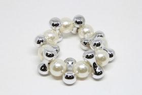 Armband med Vita Pärlor och Silverfärgade detaljer