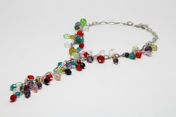 Halsband med flera plastpärlor i olika färger, silverfärgad kedja