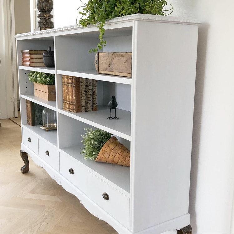 Ljusgrå bokhylla