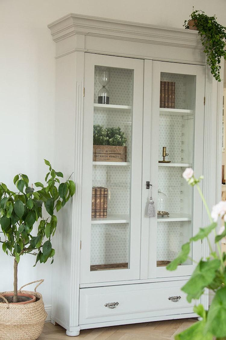 Ljusgrått antikt vitrinskåp i klassisk stil