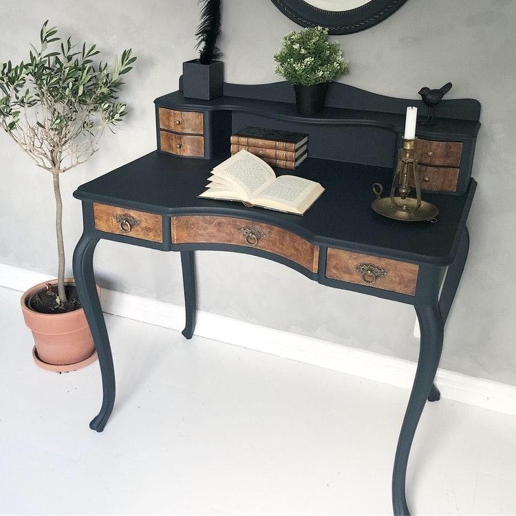 Svart antikt skrivbord med vackra detaljer