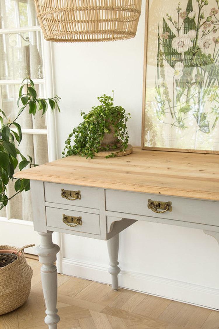 Ljusgrått skrivbord i furu med originalbeslag