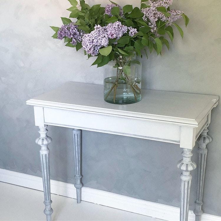 Antikt sidobord, avlastningsbord i ljusgrått