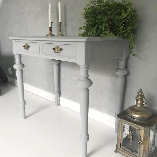 Antikt skrivbord i ljusgrått
