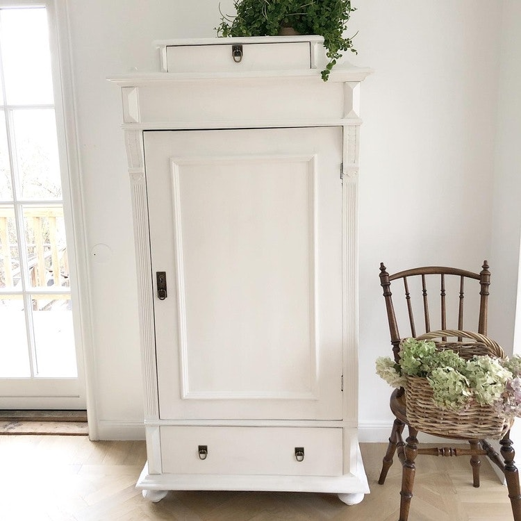 Antikt vitt linneskåp