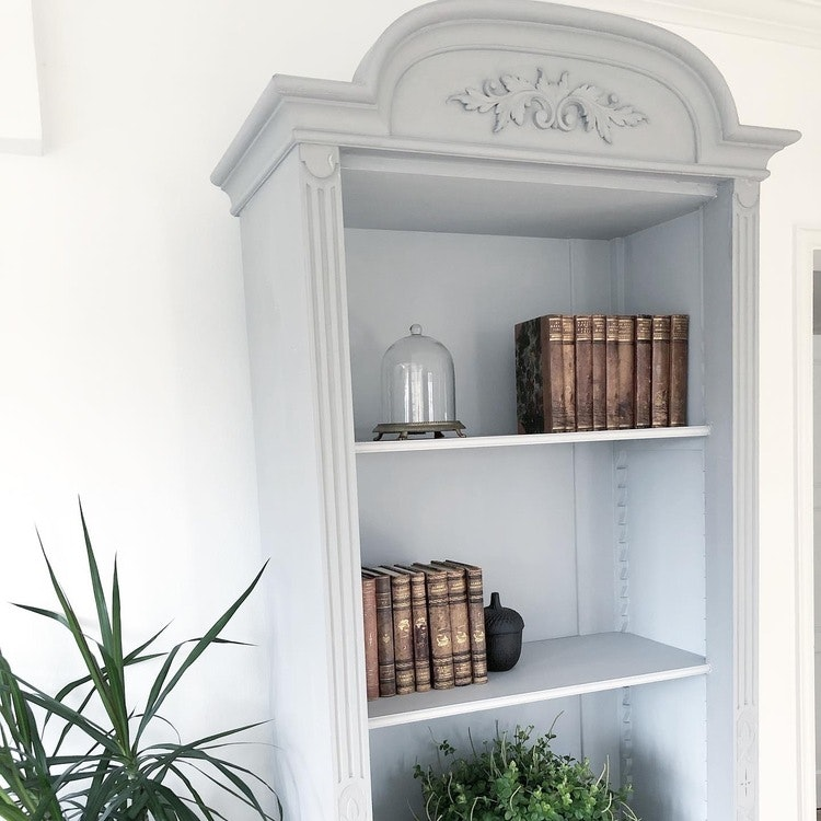 Antik grå bokhylla
