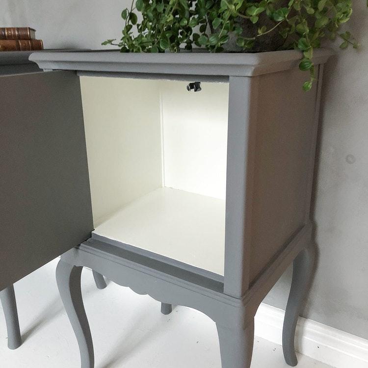 Antika sängbord i grått