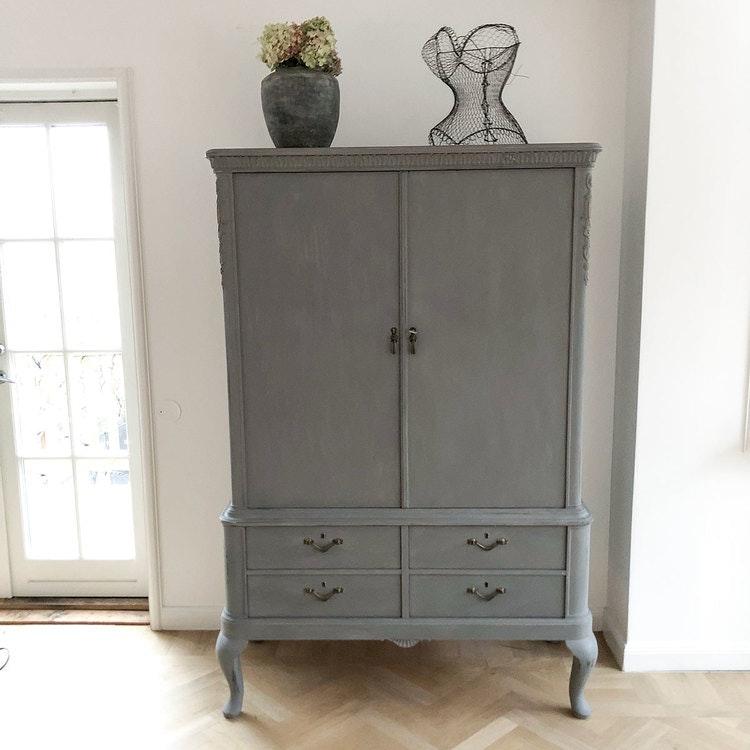 Antikt linneskåp i grått