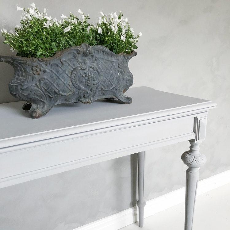 Antikt avlastningsbord i grått