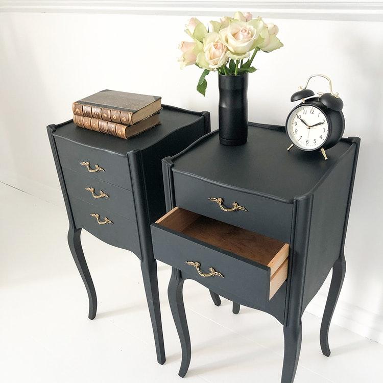 Antika sängbord i svart