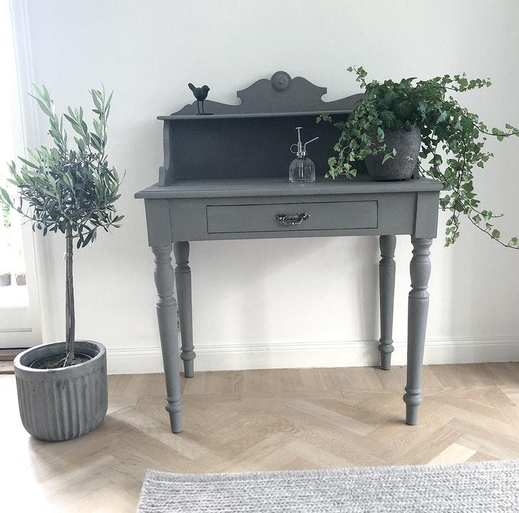Litet grått skrivbord