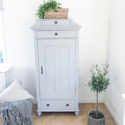 Antikt linneskåp i ljusgrått