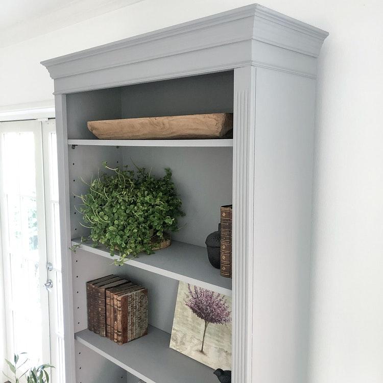 Antik bokhylla i ljusgrått