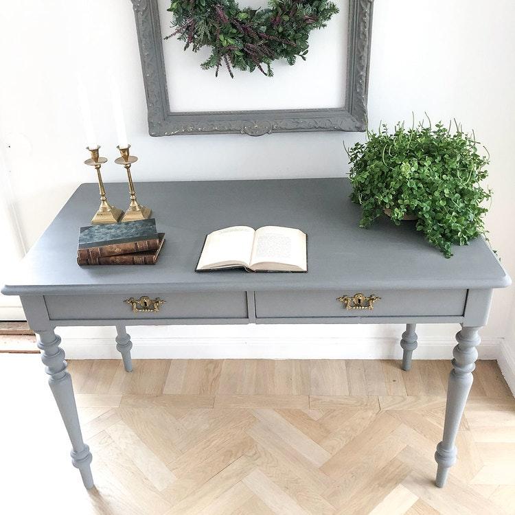 Antikt skrivbord i linnegrått