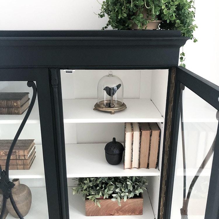 Antikt vitrinskåp i svart