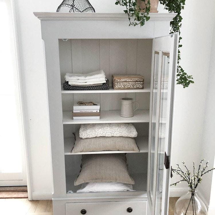 Antikt linneskåp med vitrindel