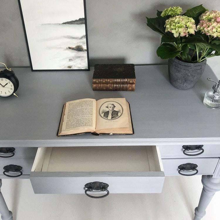 Antikt grått skrivbord