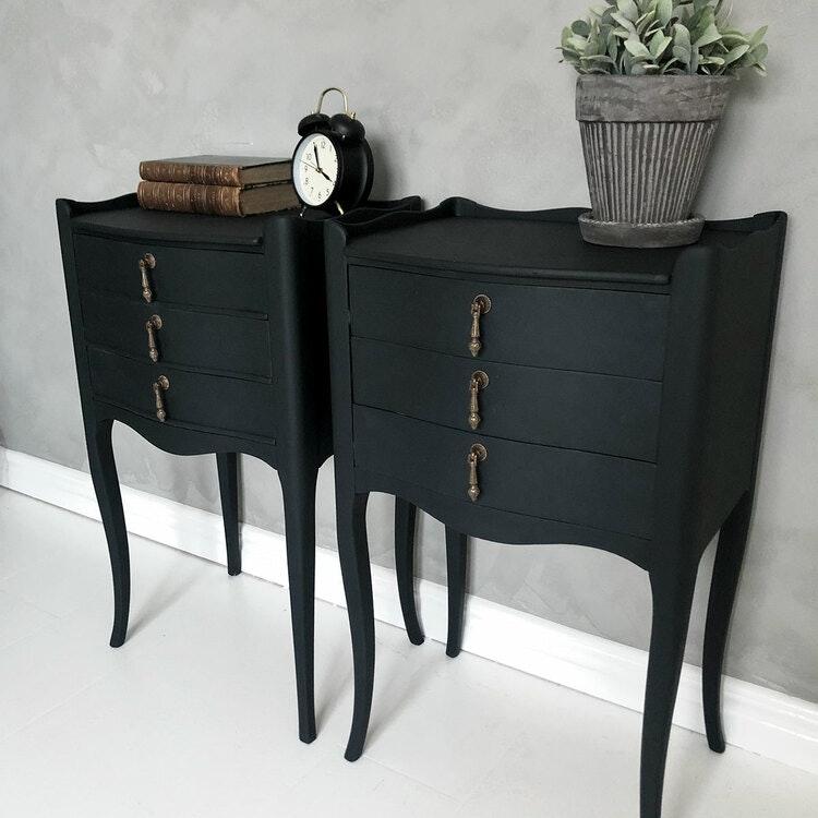 Svarta sängbord i klassisk rokokomodell
