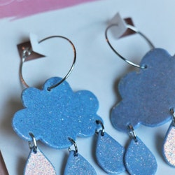 Blå glittermoln med regn på ring