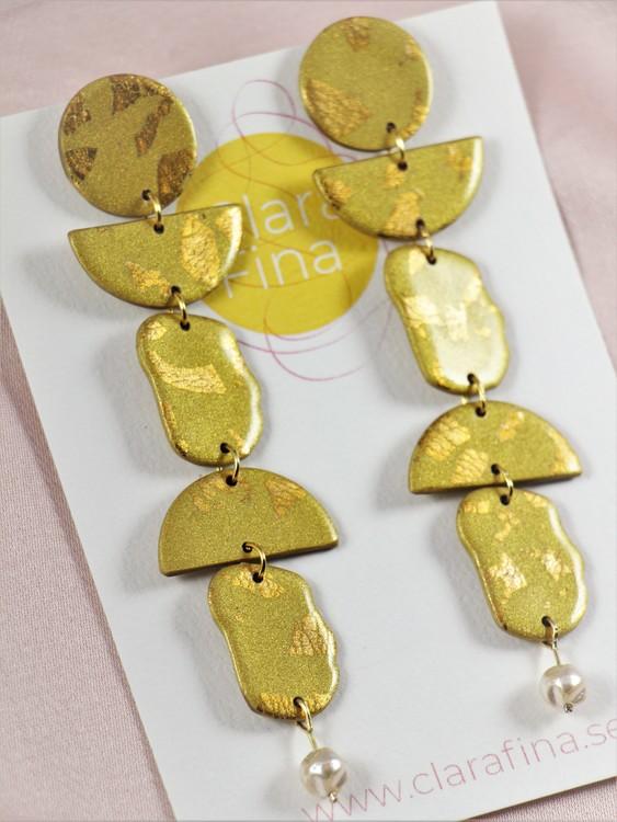 Multi shape guldterrazzo på mässingsfärgad botten