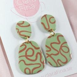 Signe ljusgrön med kopparfärgat snirkelmönster