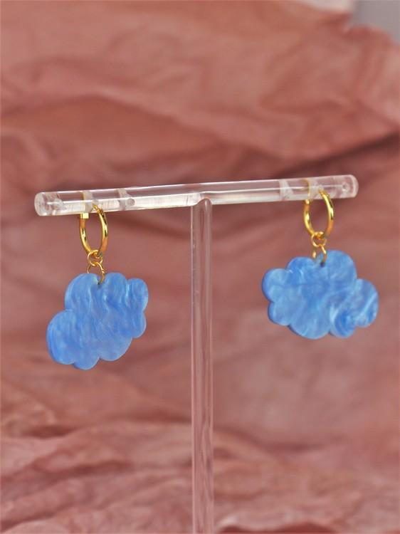 Små blå moln på guldig ring