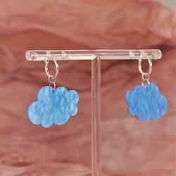 Små blå moln på silvrig ring