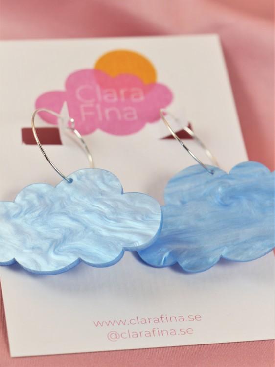 Blå moln på silvrig ring
