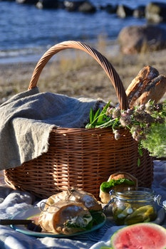 Picknickkorg m längsgående handtag