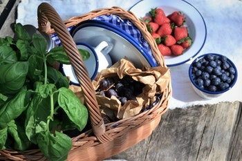 Liten gammaldags picknickkorg med flätad kant och fodring