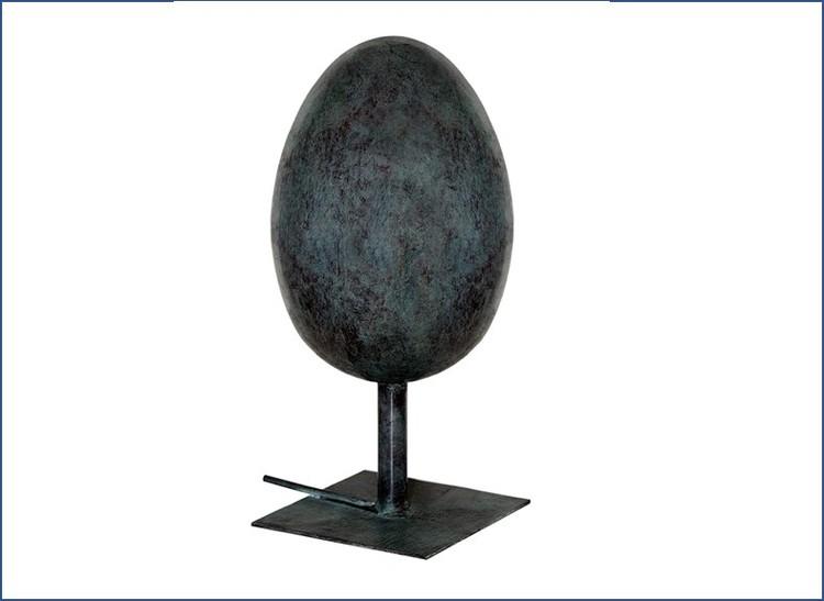 Ägg i brons som står upp som fontän 25 cm