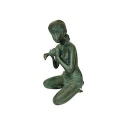 Fontän, kvinna knäböjande med urna, gjord i brons