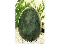 Ägg i brons som står upp som fontän
