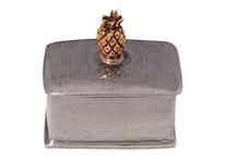 Rektangulär ask i tenn, lock med guldfärgad ananas i topp från Munk Sweden