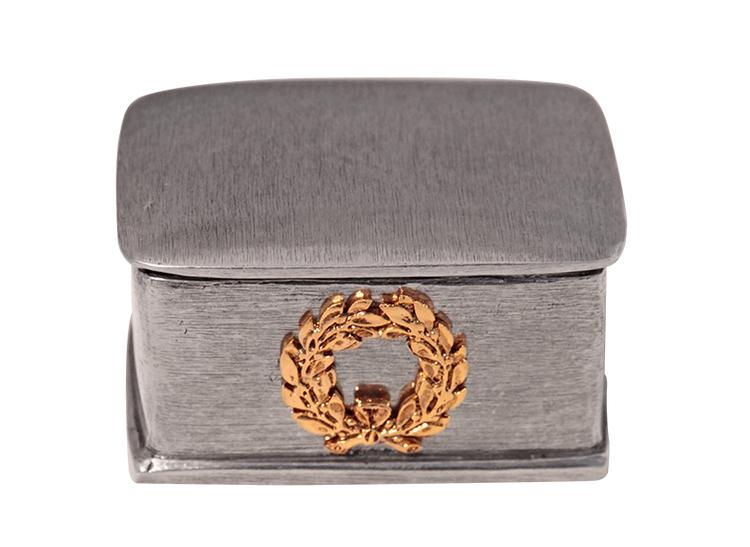 Rektangulär ask i tenn med guldfärgad lagerkrans på asken, Munka Sweden
