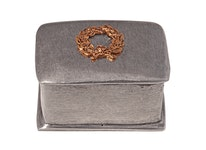 Rektangulär ask i tenn med lagerkrans på locket, från Munka Sweden