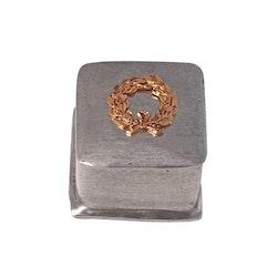 Fyrkantig ask i tenn med guldfärgad lagerkrans på locket från Munka Sweden
