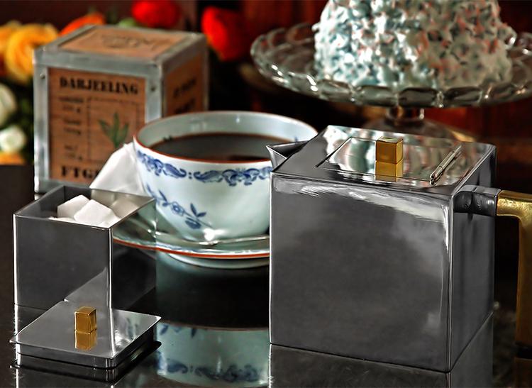 Tekanna i tenn som ingår i serien kaffe- teset från Munka Sweden,  design Björn Sahlén