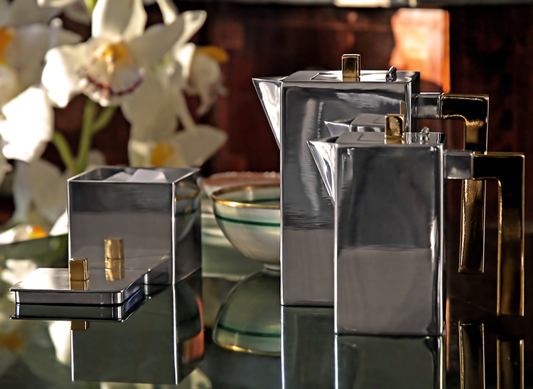 Mjölkkanna i tenn som ingår i serien kaffe- teset, från Munka Sweden,  design Björn Sahlén