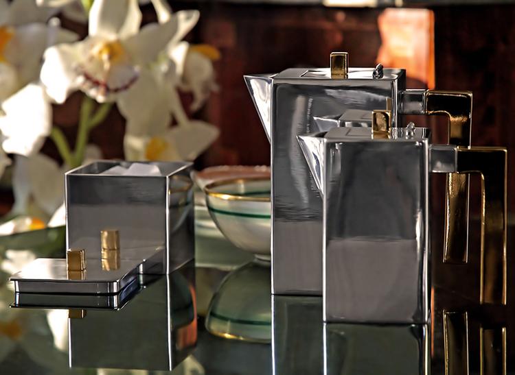 Kaffekanna i tenn som ingår i serien kaffe- teset från Munka Sweden, design Björn Sahlén