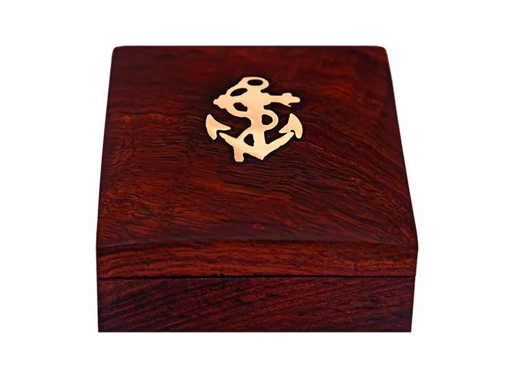 Kompass i mässing, i  träask
