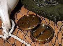 Kompass med kalender för 40 år framåt