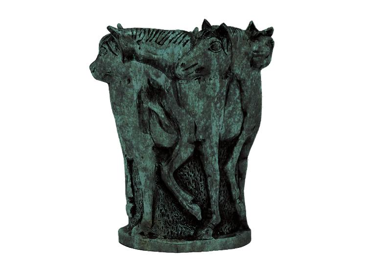 Urna, 27 cm, med hästar i profil, i brons som är grönblå patinerad